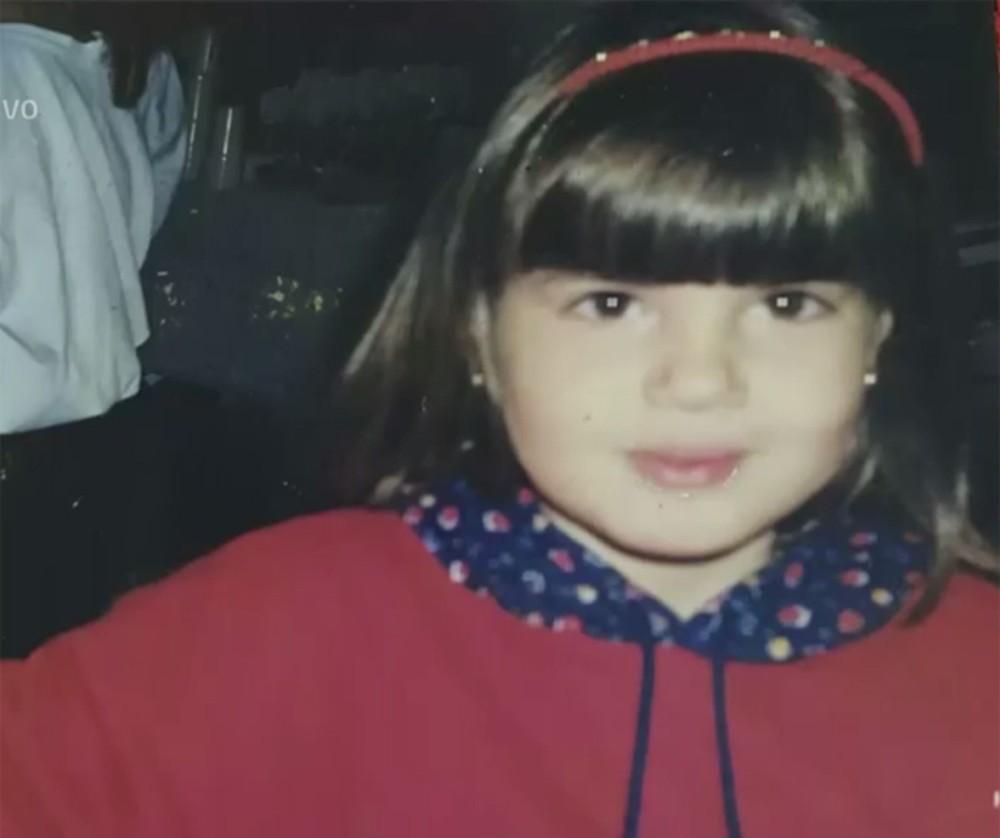 Camila Queiroz com as bochechas gordinhas de quando era criança