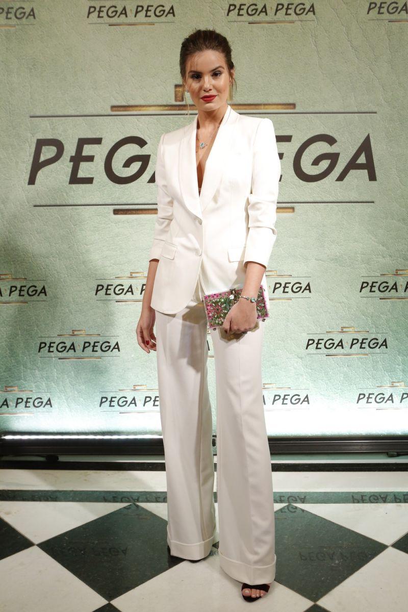 Linda! O figurino monocromático de Camila Queirozno lançamento de 'Pega Pega' foi escolhido com ajuda da família