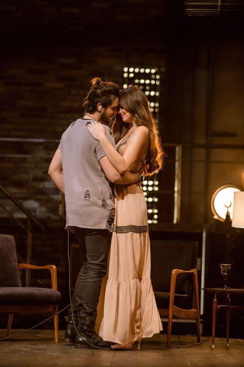 Luan Santana e Camila Queiroz dançam coladinhos no cenário de '1977'