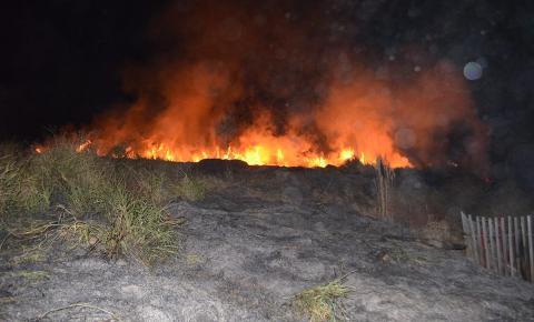 Fogo se alastra em loteamento em Siqueira Campos e Defesa Civil é acionada