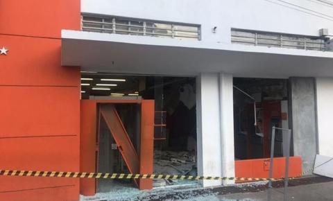 Ladrões explodem caixas eletrônicos de banco no Centro de Rio Branco do Sul