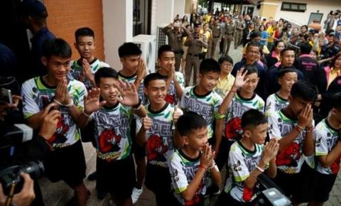 Entrevista na Tailândia revela que fome e medo assombraram os 12 meninos durante dias presos em caverna.