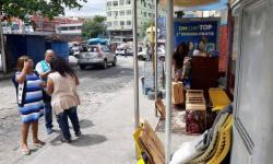 Rejeitada pelo pai, travesti que mora em ponto de ônibus quer 'dignidade de volta'
