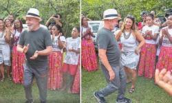 Lula se anima e dança com a namorada em visita a quilombo em Paraty