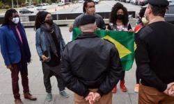 Movimento negro entrega bandeira nacional no Palácio Iguaçu