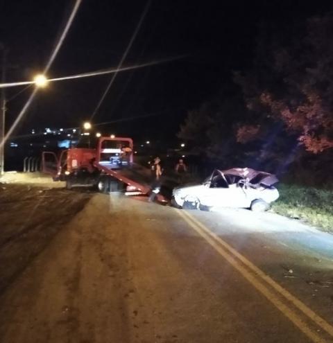 Siqueira Campos: Carro perde o controle e bate em árvore,  duas pessoas ficaram feridas