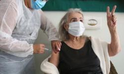 Terceira dose contra a covid é aplicada em idosos com mais de 85 anos