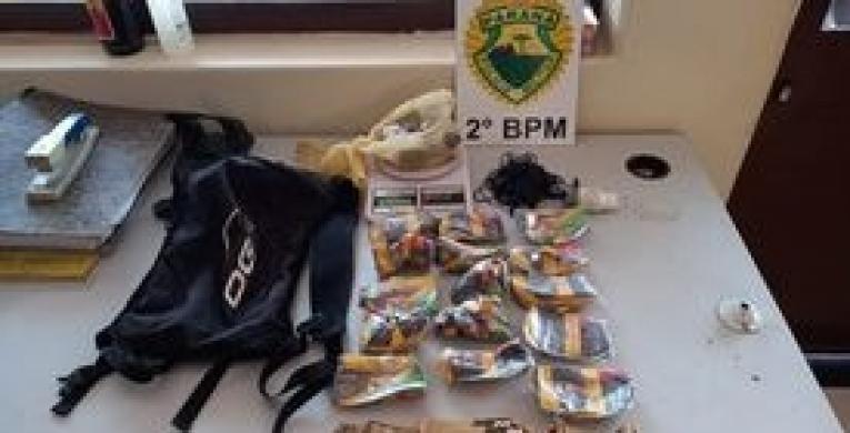 Em Cambará: Indivíduos jogam bolsa com drogas e objetos em cima de uma residência
