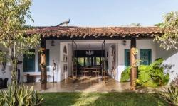 Casa de fazenda tem estilo colonial e área externa para receber com charme