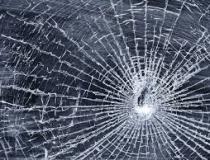 Indivíduos quebram vidro de máquina e furtam rádio