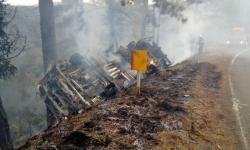 Caminhão com cigarros contrabandeados tomba e pega fogo na PR-170, dizem bombeiros
