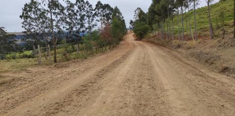 Recuperação e cascalhamento das estradas rurais do Bairro dos Freitas já foram concluídas