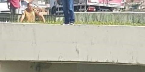 Em Ibaiti - Homem tenta pular de viaduto e policial consegue evitar o suicídio