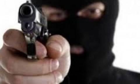 Três homens invadem lanchonete em Cambará e roubam o caixa do estabelicimento
