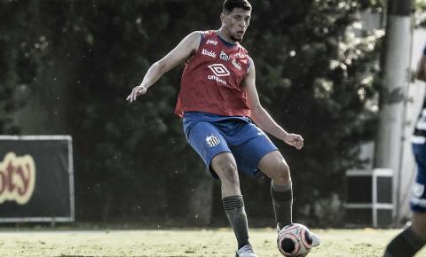 Jovem zagueiro fala sobre expectativa de estrear no profissional do Santos