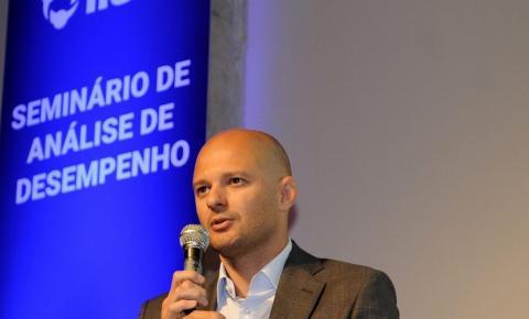Discreto, diretor do Santos tem liberdade inédita na gestão de Peres
