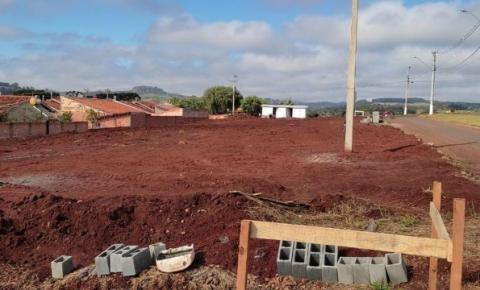 RIBEIRÃO CLARO - Começa a construção de 50 moradias destinadas pelo deputado Cobra Repórter e pelo secretário Sandro Alex