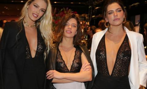 Bruna Linzmeyer, Yasmin Brunet e Mariana Goldfarb usam adesivo nos seio em evento