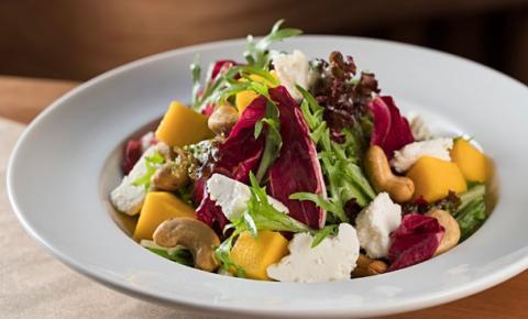 Salada de castanha de caju, manga e queijo de cabra refresca no calorão