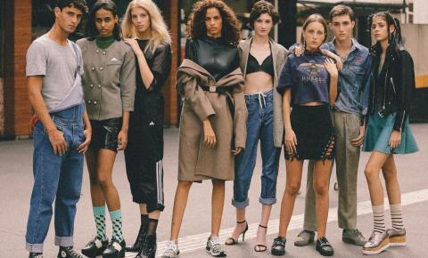 Jovem de quinze anos vende rifas para participar de um concurso de moda