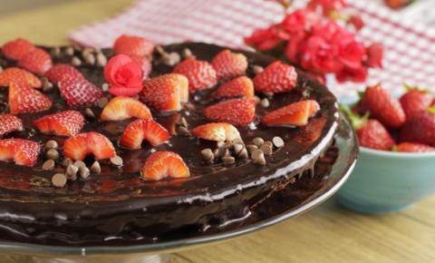 Bolo de Chocolate com Morangos na Frigideira