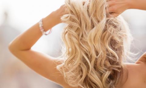 Cabelo loiro: o shampoo roxo realmente funciona?