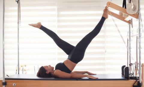 Acha que pilates é fácil? Melhor pensar duas vezes e fazer logo uma aula