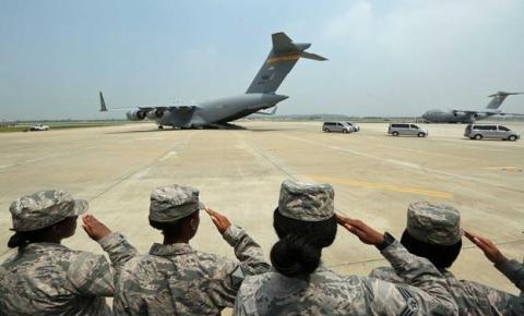Coreia do Norte devolve restos mortais de soldados dos EUA que lutaram na Guerra da Coreia.