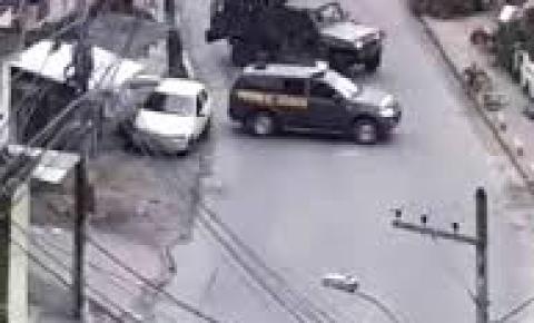 Passageiros de ônibus no meio de fogo cruzado na Garganta