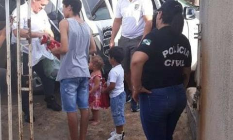 Policiais Civis de Siqueira Campos visitam crianças que sonhavam conhece-los