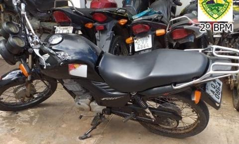 Polícia Militar apreende moto roubada e cumpre mandado de prisão por homicídio
