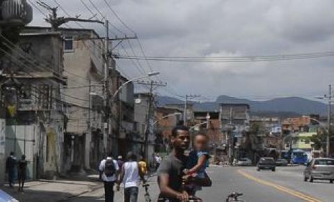 Polícia investiga origem de tiros que mataram moradores de Manguinhos
