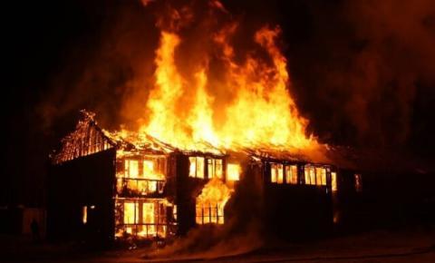 Por não aceitar separação, homem incendeia a própria casa no Paraná