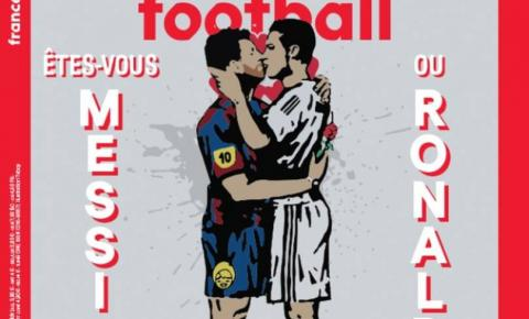 Revista francesa estampa capa com arte de beijo na boca entre Messi e CR7