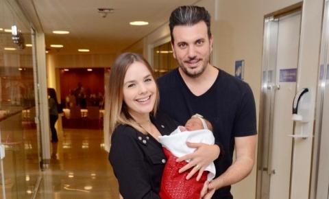 Thaeme deixa a maternidade com a filha e marido
