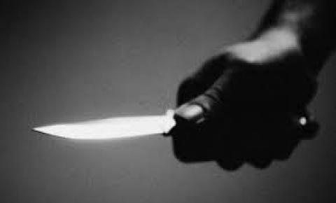 Filha invade quarto e ataca mãe a facadas no meio da noite