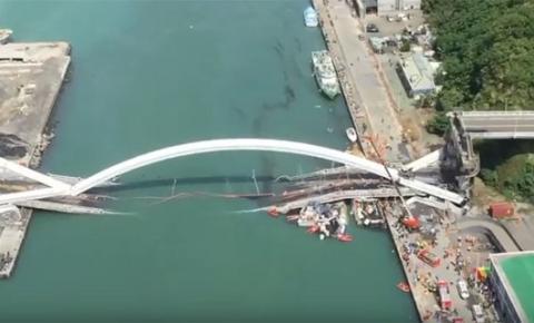 Ponte de 137 metros desaba em Nanfangao, ao leste de Taiwan