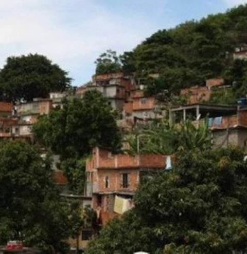 Menino baleado com pai em favela do Rio será transferido para UTI
