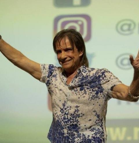 Roberto Carlos reprova roteiro de Glória Perez, atrasa produção e procura ator para filme