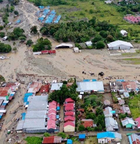Vai a 89 o nº de mortos em inundações na Indonésia; buscas por desaparecidos continuam