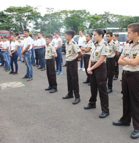 Alunos do Polícia Mirim Integrada de Siqueira Campos visitam 2º Batalhão